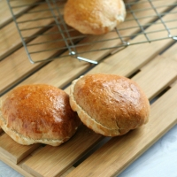 {Quick & Easy} Homemade Whole Wheat Hamburger Buns